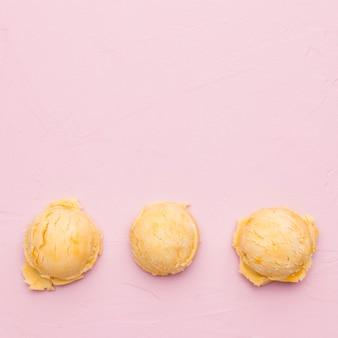 Желтые круглые шарики мороженого