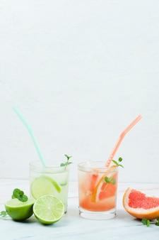 Бокалы холодного фруктового напитка с соломкой