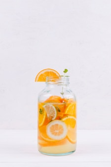 テーブルの上のオレンジ色のレモネードのボトル