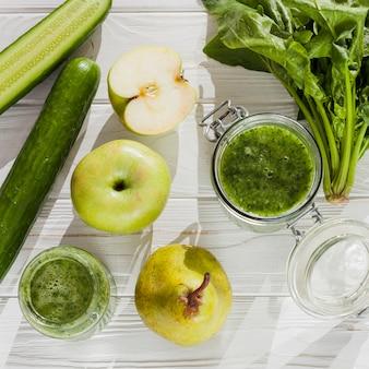 緑の果物と野菜のテーブル
