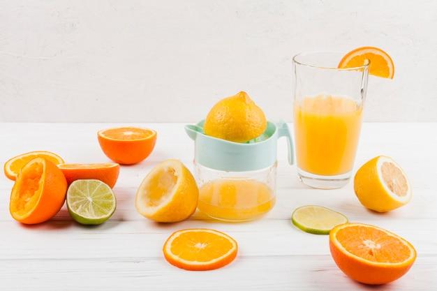 手動ジューサーで柑橘系ジュースを作る