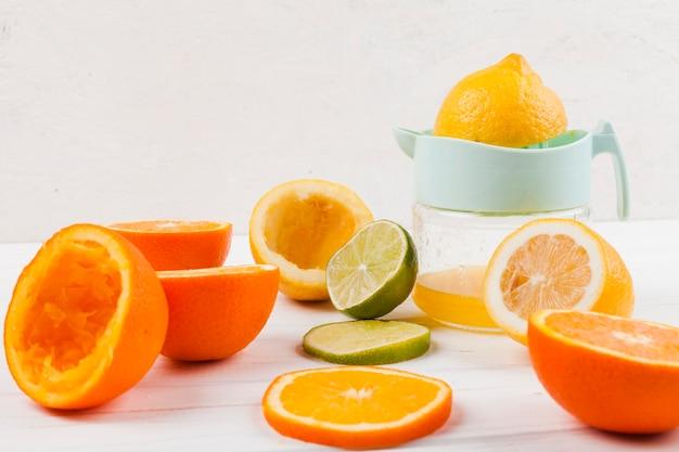 テーブルの上の柑橘系の果物