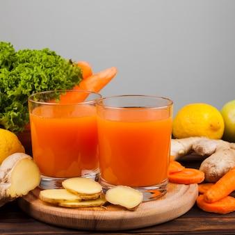 健康ジュースと野菜の盛り合わせ