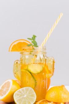 Цитрусовый напиток в бокале