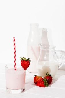 テーブルの上のイチゴ飲料
