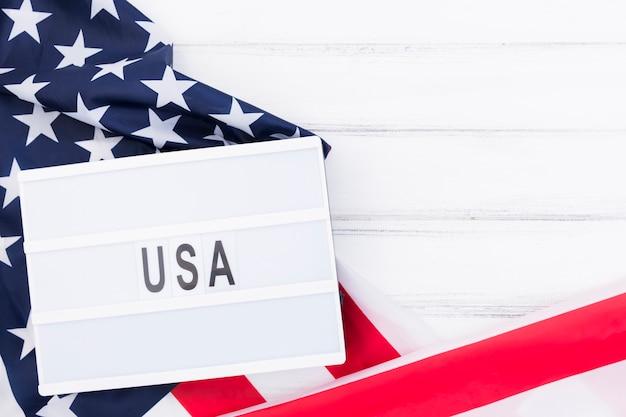 アメリカの国旗の上に横たわるメモアメリカとホワイトボード