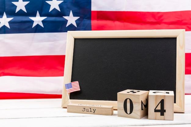 黒板とアメリカの独立記念日の日の木製キューブ