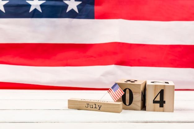 アメリカの独立記念日の日付を持つ木製の立方体