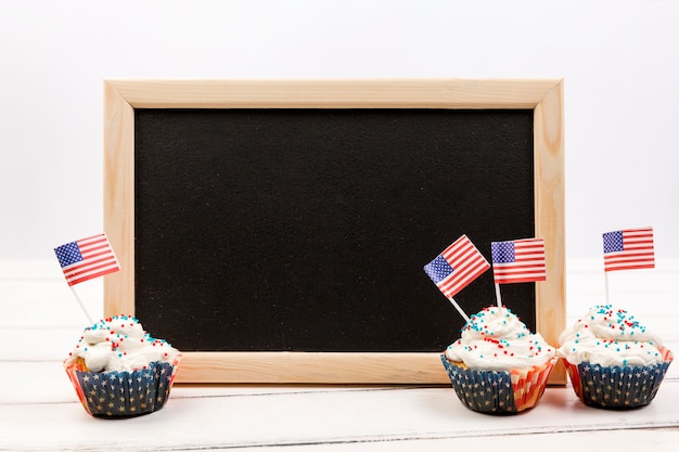 黒板とアメリカの国旗のカップケーキ