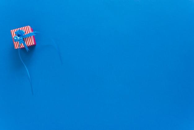 青色の背景に小さなギフトボックス