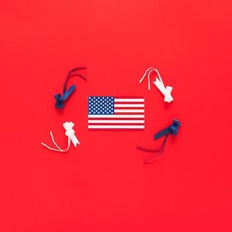 赤い背景のリボンとアメリカの国旗