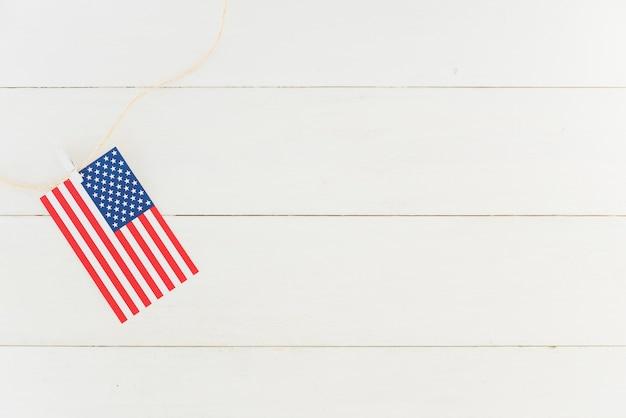 Маленький американский флаг на веревке