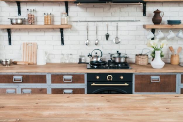 木製のテーブルとモダンなキッチンのインテリア