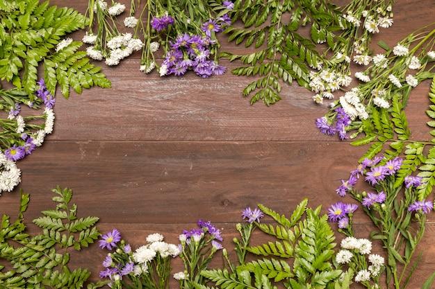木製のテーブルの上の野の花