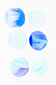 水彩ブラシストロークで作られた青い円パターン