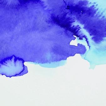 Окрашенный акварельный гладкий синий фон на белом фоне