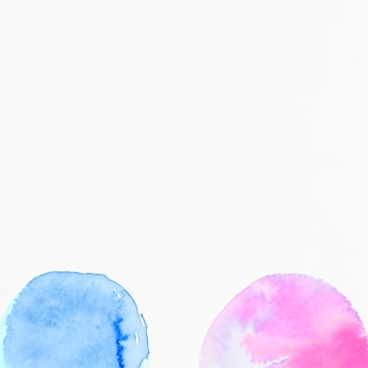 白地にピンクとブルーの半円水彩画