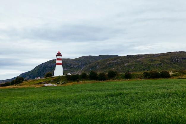 Алнес маяк недалеко от олесунна; норвегия