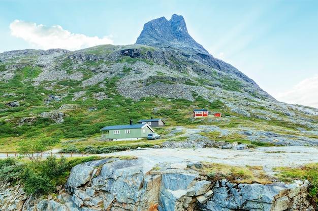 山の近くのカラフルな家