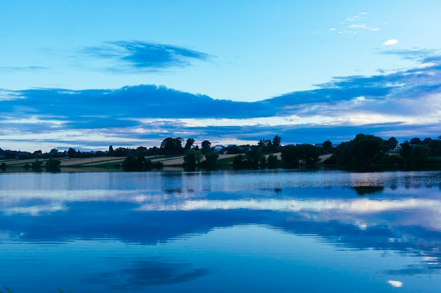 のどかな湖の上空の反射
