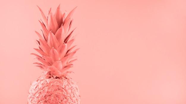 色付きの背景にピンクのパイナップルを描いた
