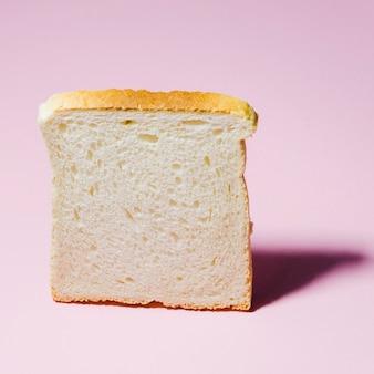 色の背景を持つパンのスライス