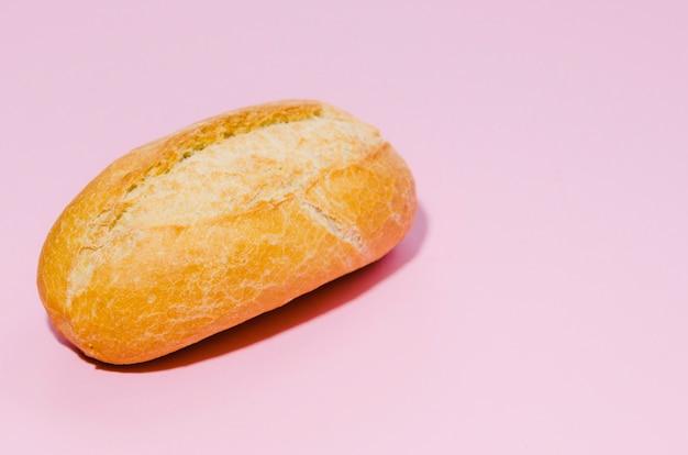 色の背景とパンの塊