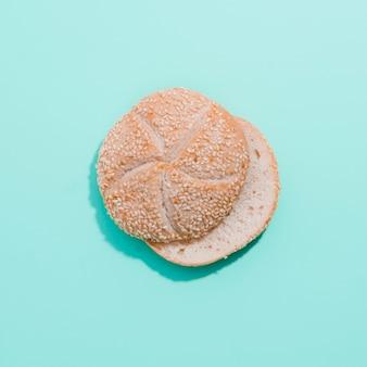 Буханка хлеба с цветным фоном