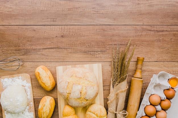 食材と調理器具の台所で手作りのパン