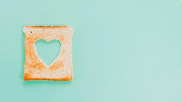 Ломтик поджаренного хлеба в форме сердца