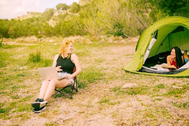若い女性が森でキャンプ