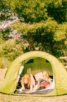 テントの中で本を読む若い女性