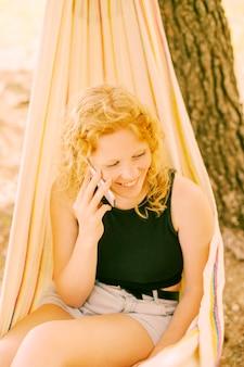 電話で話している笑顔の女性