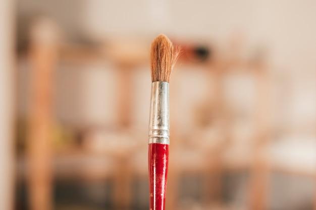 赤い絵筆のクローズアップ