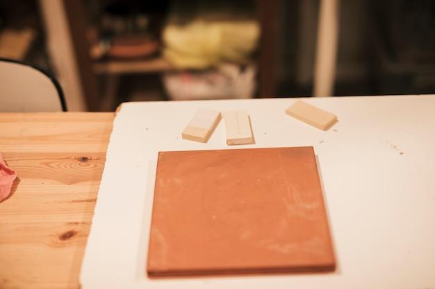 木の板に粘土タイル