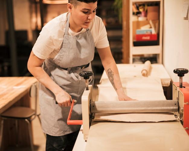 ワークショップで働く女性の陶工
