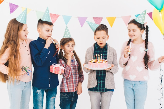 誕生日を祝う子供たち