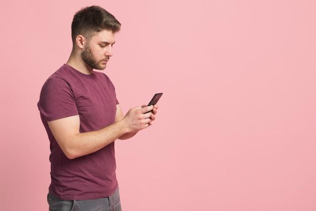 携帯電話を使用している少年