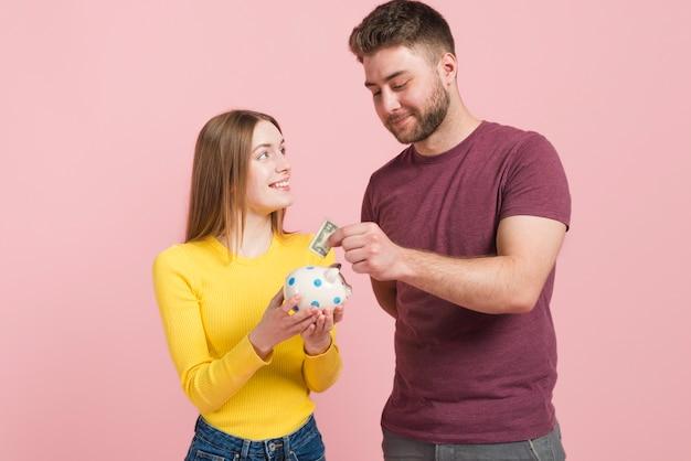 幸せなカップルがお金を節約