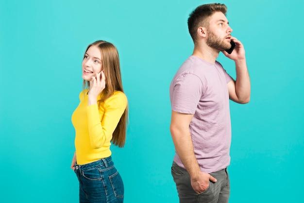 携帯電話で話しているカップル