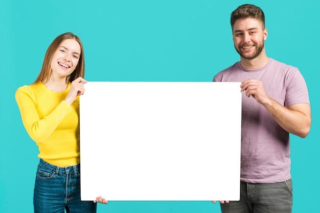 幸せなカップル持株空白記号