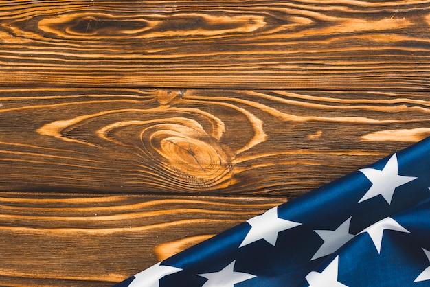 木製の背景にアメリカ国旗の断片