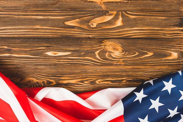 木製のテーブルにアメリカ国旗