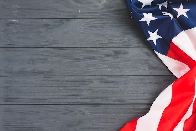 灰色の背景にアメリカ国旗