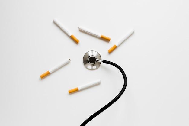 タバコとトップビュー聴診器