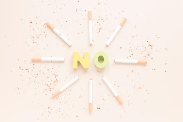 Вид сверху красочное слово с сигаретами