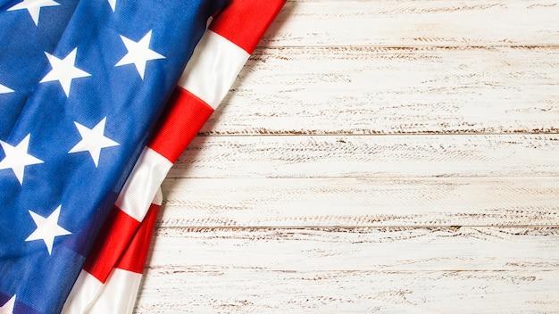Вид сверху американского флага на день поминовения на белом столе