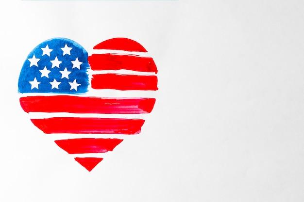 赤と青のハート形を描いたアメリカ合衆国白い背景の上のアメリカの国旗