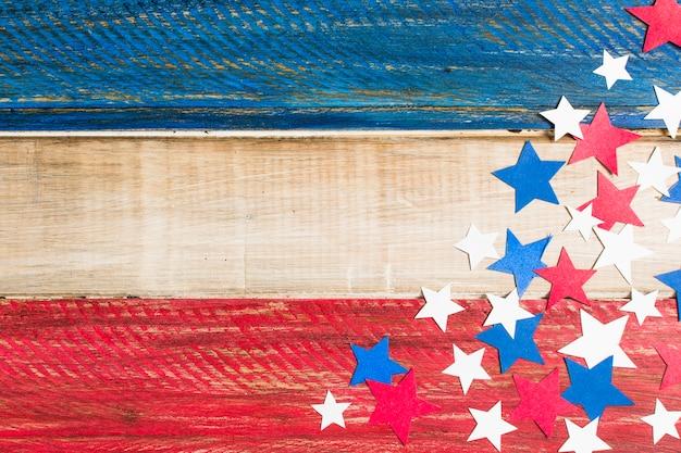赤の木製アメリカ国旗。青と白の紙の切り欠き星