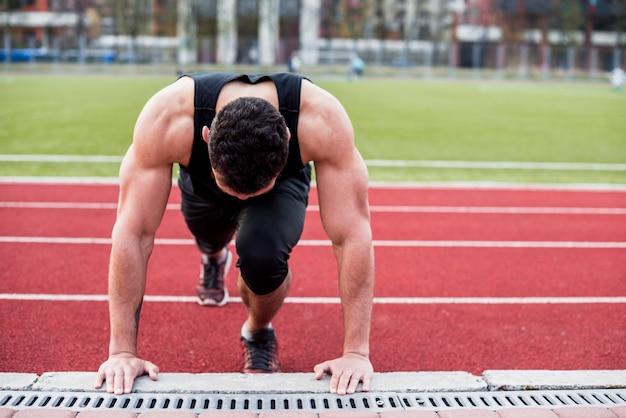 Портрет здорового молодого человека на легкой атлетике делает отжимания